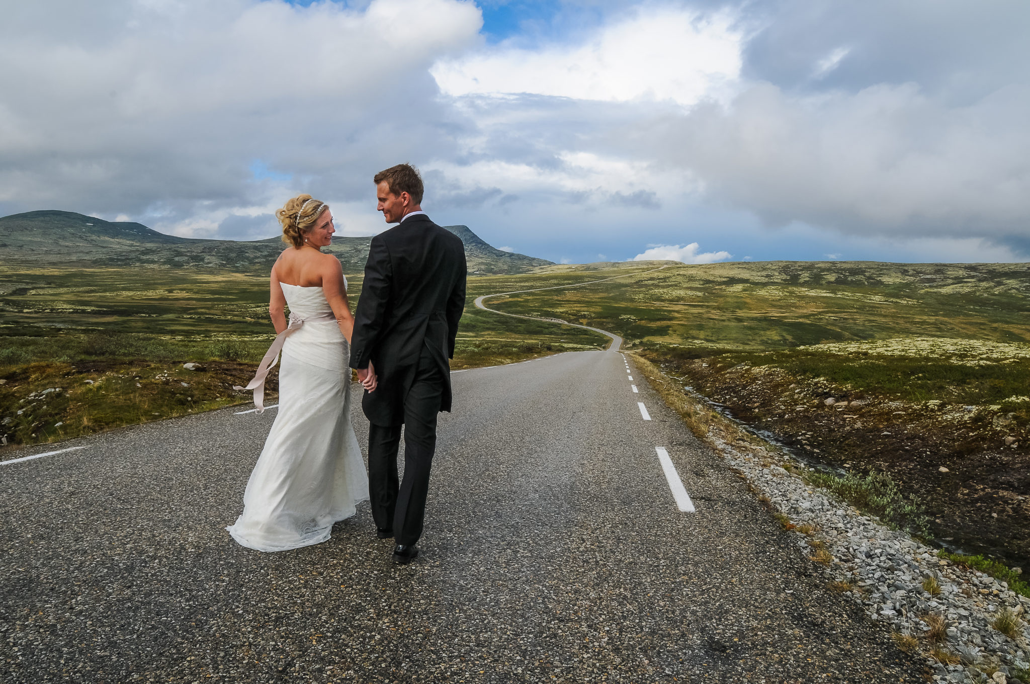 Bildet er et bryllupsfoto tatt på Friisvegen på Ringebufjellet. Syns bildet illustrerer ekteskapet på en måte man ikke ser så ofte i tradisjonelle bilder samtidig som det viser frem en av våre flotteste fjellveier