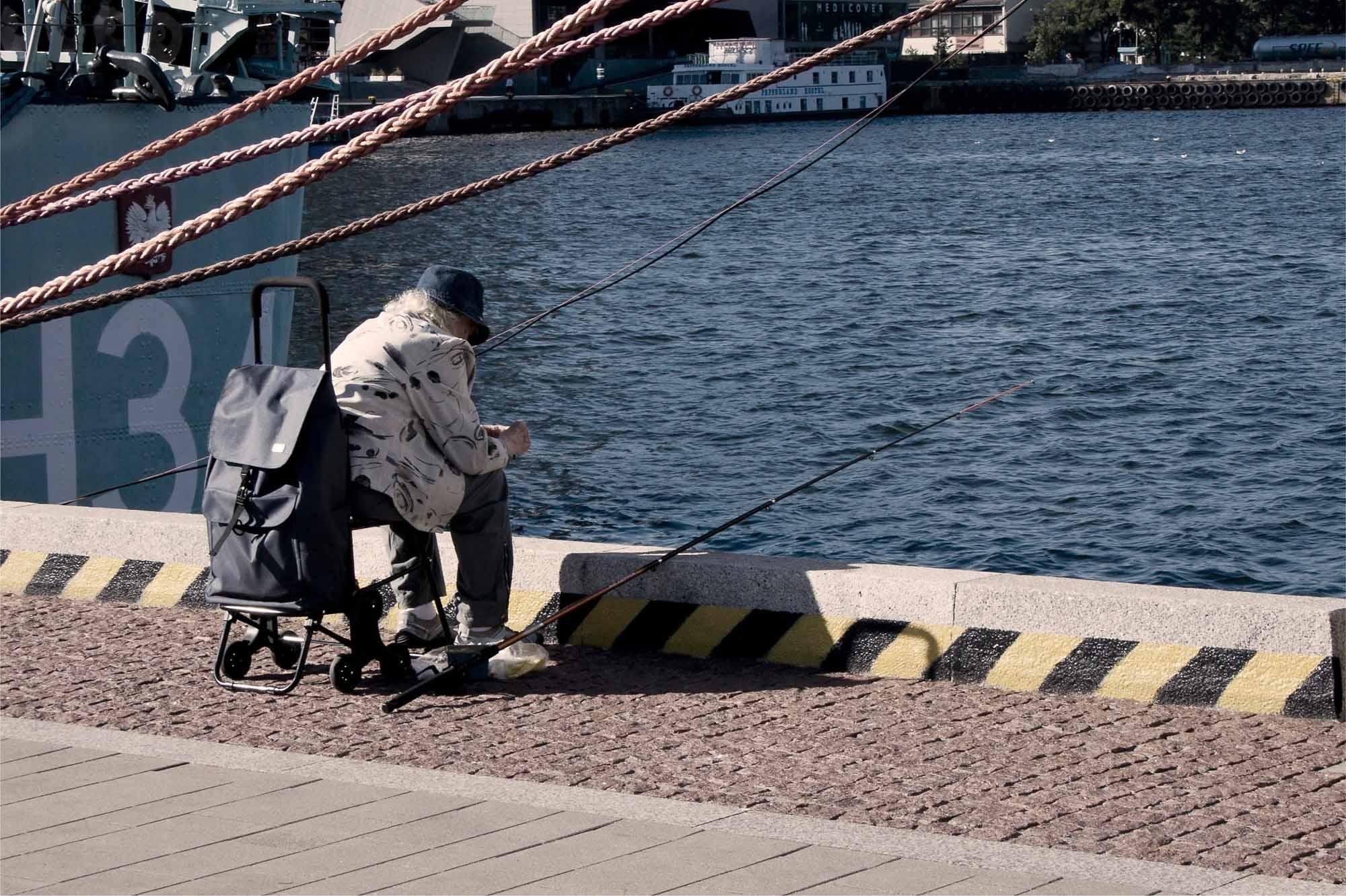 Fisherlady Når jeg er ute på reise, synes jeg det er spennende å gå rundt og observere mennesker. Denne herlige fiskeren satt på brygga i Gydina i Polen. Hun utnyttet en god sensommerdag i sola for å prøve fiskelykken.