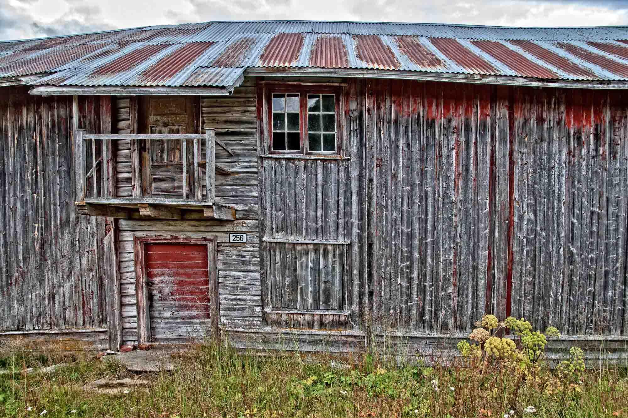 Det gamle selet viser gammel storhet - to etasjer og veranda, men dessverre har forfallet begynt. Vi kan ane hvilket praktbygg dette var en gang i tiden. Bildet er fra Ormsetra i Imsdalen der seterdriften for lengst er opphørt. De fleste av setrene er fradelt og solgt og kveene er tilbakeført til allmenningen.