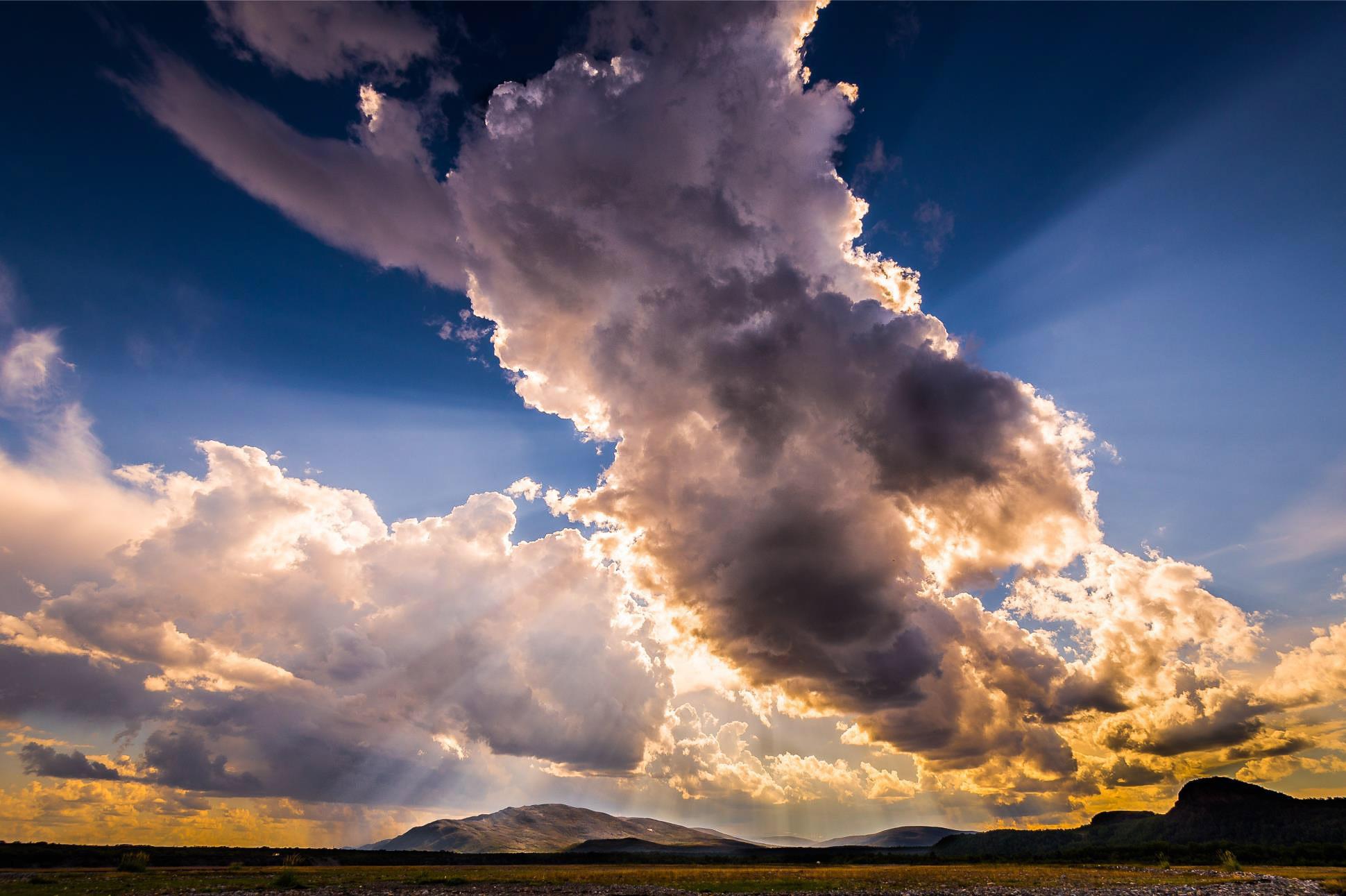 """""""Stille før stormen"""" For noen somre siden besøkte jeg en slektning som bor i Stabbursnes. Par mil nord for Lakselv i Finnmark. Tok en gåtur i fjæra mens jeg så været brygge over meg. Nede til venstra kan man såvidt skimte Lakselv, hvor regnværet slått til. Jeg ser regnet fare hurtig over Lakselv. mot øst. Trygg på at jeg ikke får regnet over meg, vandrer jeg videre og beskuer de spennende elektriske skyene som dekker til solen. Lufta føles elektrisk. Spenningene er der i skyene. Men de kommer aldri. Du kan se flere bilder fra turen min i Stabbursnes her: bit.ly/stabbursnes"""