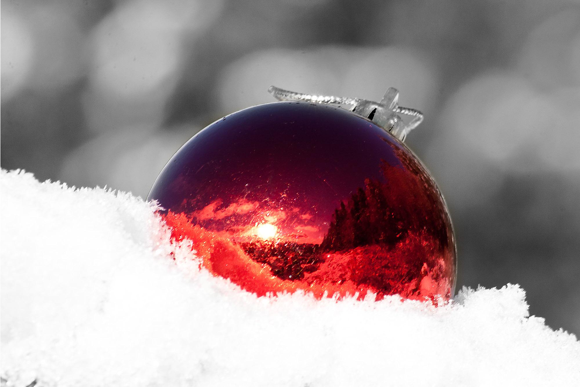 Julekula Det var en gang i ei julekule. Ei julekule man kunne drømme seg bort i. Ei julekule der du kan slippe tankene fri. Ei rød julekule som inneholder hemmelige budskap. Innenfor det røde, kan man skimte skogen og dens hemmeligheter.