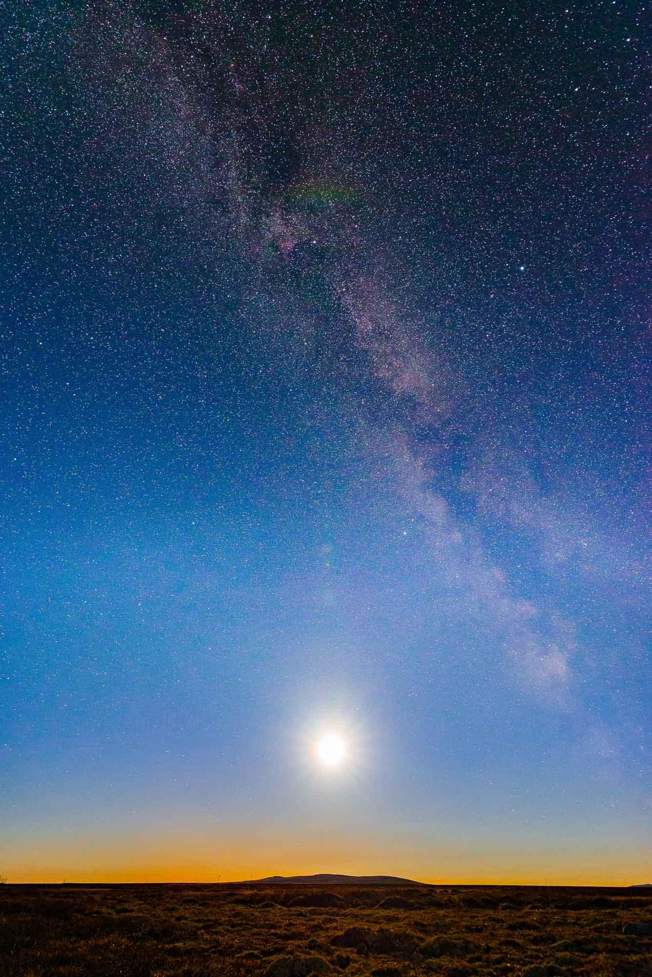 Vår galakse, Melkeveien, er en av 50 eller 100 milliarder andre galakser i universet. Og for hvert skritt, hvert vindu som moderne astrofysikk har åpnet for sinnet vårt, den personen som ønsker å føle at de er i sentrum av alt ender opp med å krympe. — Neil deGrasse Tyson