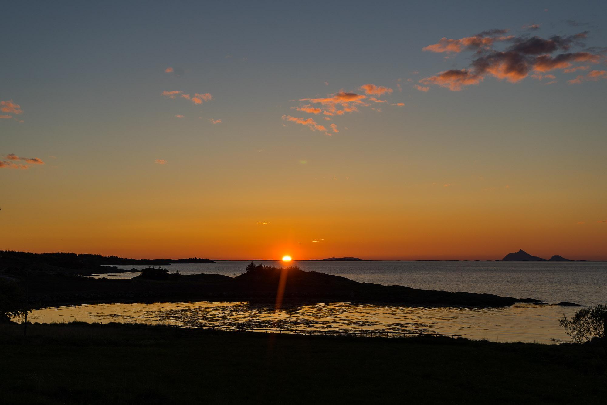 """I sommer kjørte jeg og min samboer kystriksveien fra Namsos til Bodø. Dette bildet er tatt på øya Dønna som ligger i Nordland fylke (Helgeland). En fantastisk plass med rikt dyreliv og med midnattssol ble dette en uforglemmelig kveld og natt. Bildet ble tatt med Sony fullformat 27-70. Tidspunktet er 13. juni kl. 01.00 Sitat av Jan E. Skagen """"Så vakkert kan det være i det fargespill som rår den røde horisonten ei sol som ei går ned gir lys og ro i sinnet det er midnattssol og fred"""