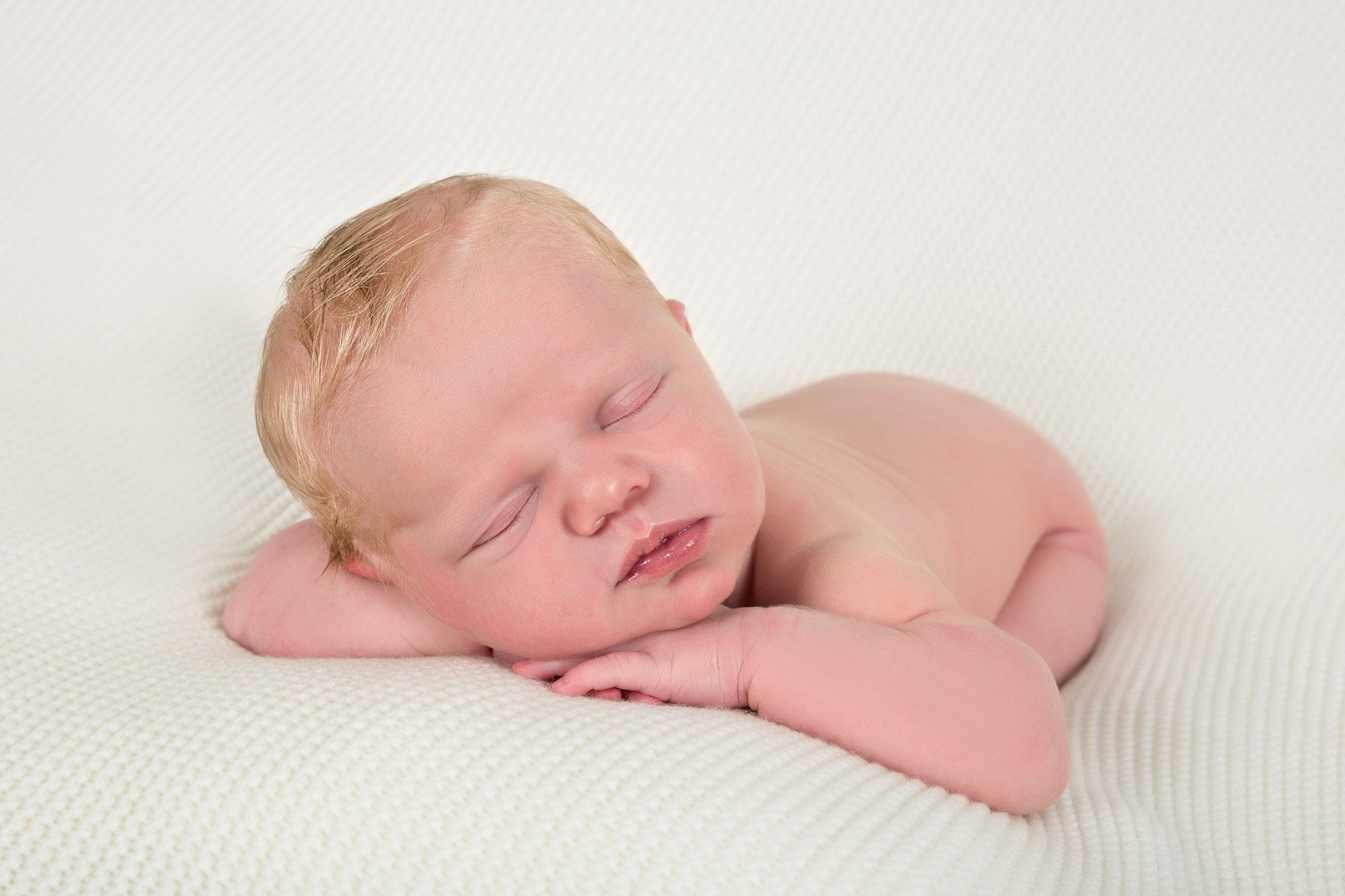Synne, bare 7 dager ung. Nyfødt-bilder er et fantastisk minne å henge på veggen :) Nyfødt-fotograferingen må taes før babyen er 10 dager gammel, da babyen er mest formbare i den tidlige perioden :) Og de mister dette nyfødt preget så utrolig fort.