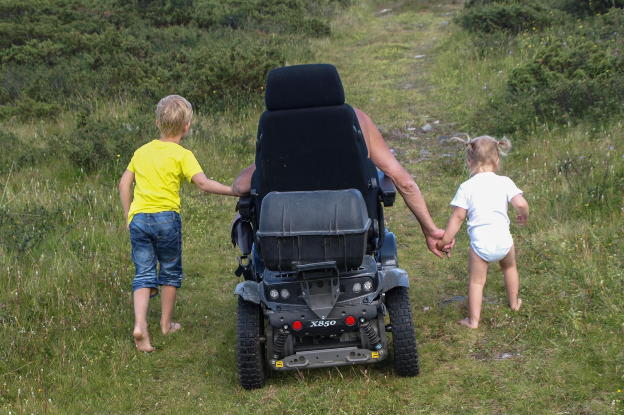 """""""FRED"""" Dette bildet er tatt ved Jenstjønnet på Ringebufjellet. En fin plass å nyte stillheten, freden og øyeblikket, selv om man må ta seg frem dit med en X850 rullestol. Dette er blitt en fast plass hvor mine barnebarn med voksne kan grille og fiske (i sivet) Skal man nyte denne perlen fremover MÅ vannet kultiveres!!!! På bildet er undertegnede i rullestol, og mine to barnebarn Noah og Mie. Bildet taler for seg selv. men følgende sitat er hentet fra Øivind Holthe: """"Det heter seg at kjærlighet gjør blind, men mørket har sine farger, for den som er så heldig å få holde i en morfars hånd."""""""