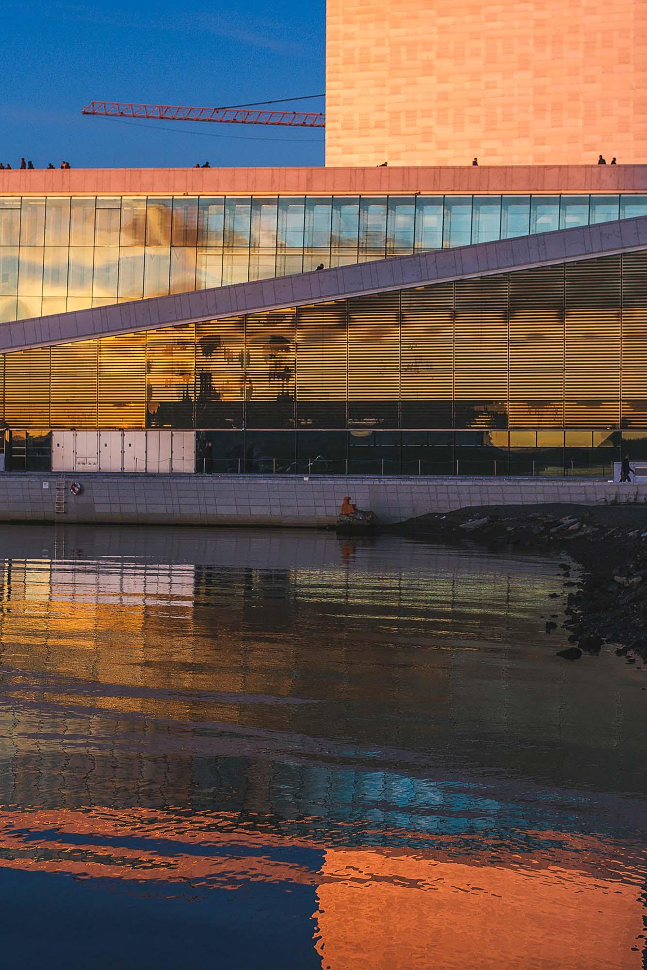 """""""The sun never knew how great it was until it hit the side of a building."""" - Louis Khan Bildet er tatt i Bjørvika i Oslo på senhøsten 2017, rett etter solnedgangen. Operahuset er veldig inspirerende å fotografere, særlig for dem som lar seg fascinere av arkitektur, rene linjer og symmetri."""