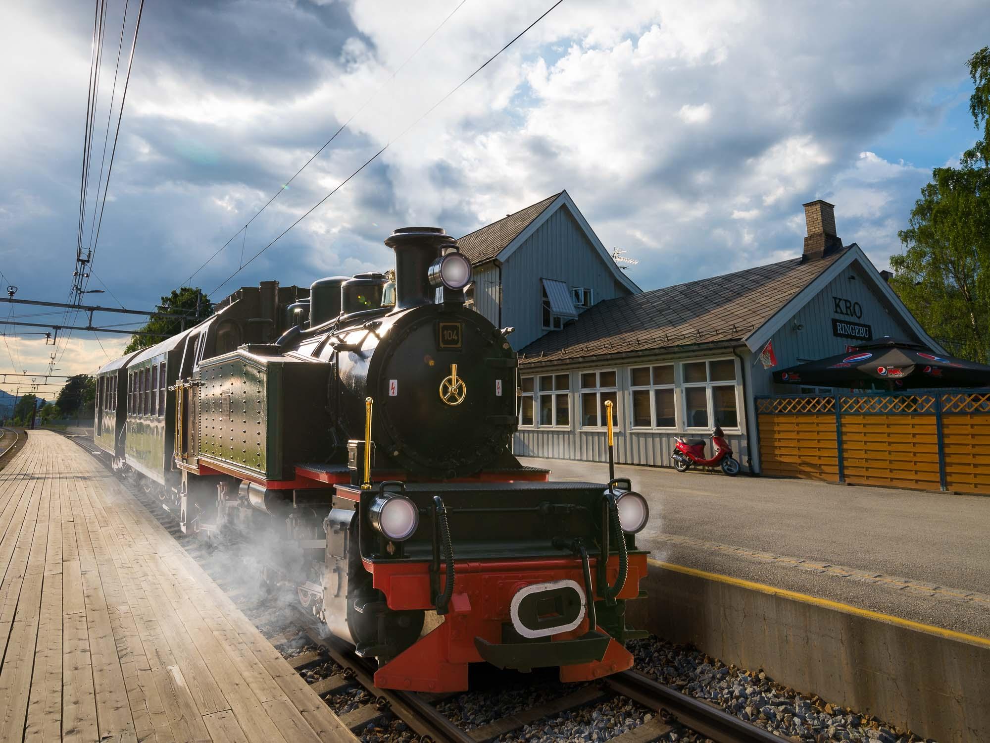 Ringebu stasjon er en jernbanestasjon på Dovrebanen. Stasjonen ligger ved Ringebu og ble åpnet i 1896 da Eidsvoll – Dombåsbanen ble bygget frem til Otta. Mallet lokomotivet ble oppfunnet av den sveitsiske ingeniøren Anatole Mallet (1837-1919). Adobe Photoshop ble laget av Thomas og og John Knoll i 1988. Så slik kan et 100 år gammelt lokomotiv stå på stasjonen i Ringebu i 2018 :)