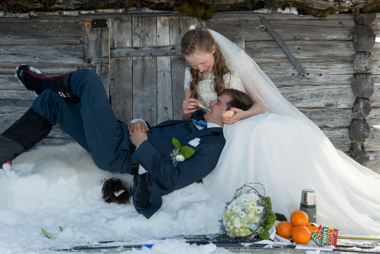 Påske og bryllup.  Stine og Vegard ga hverandre sitt ja i Ringebu Stavkirke rett før påske.  Bryllupsfotografering krever planlegging og samtaler med brudeparet for å finne egna lokaliteter for fotografering. Stine og Vegard er aktive brukere av naturen og har vært mye både på Ringebufjellet og Rondane. Det var naturlig å ta bryllupsbilder med naturen som kulisser.  Bryllupsbildene tok jeg derfor i Langbakken på Venabygdsfjellet – der Rondane dannet bakgrunn for bildene. Brudeparet stilte sporty opp til tross for mange kuldegrader og tynne klær. Vi avsluttet ved en gammel hyttevegg inne ved Spidsbergseter, og siden det var ved påsketider måtte vi ha med appelsin, Kvikk Lunsj og termos.  Buketten er laget hos Ninas blomster – Ringebu
